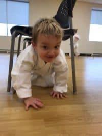 L'enfant développe ses sens et ses habiletés motrices.